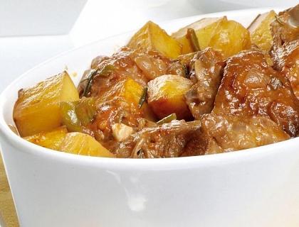 Cordero guisado con patatas y salsa de verduras